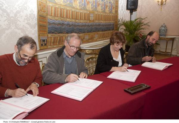 Signature de la convention au CG 37 : Martine Chaigneau, Jacques Thibault, Philippe Riffard